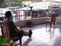 Mensen kijken op een gemeenschappelijk-balkon-voor-ons-alleen in San Vito