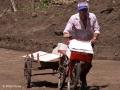 Een 'Tico' stuntelt een beetje met zijn rammelende fiets