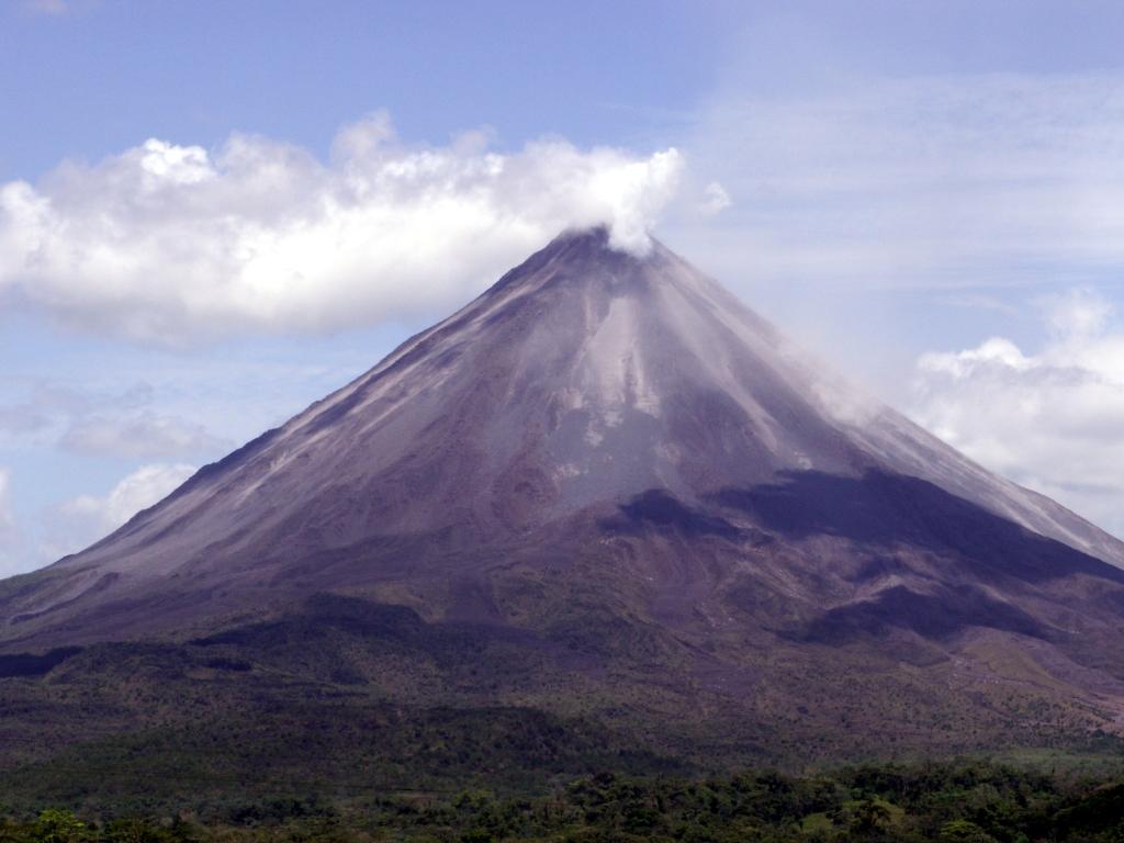 Vanaf onze B&B in Tronadora, aan het Arenalmeer, zien we Volcan Arenal, die continue activiteit vertoont.