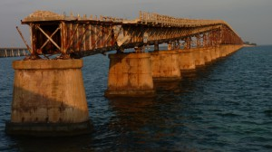 Mooie roestige spoorbrug onderweg over de eilandjes van de Florida Keys.