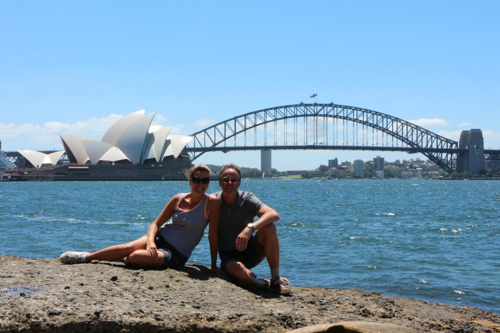 Sydney - Vanaf Mrs Macquaries Point heb je een mooi uitzicht op het Opera House en Harbour Bridge