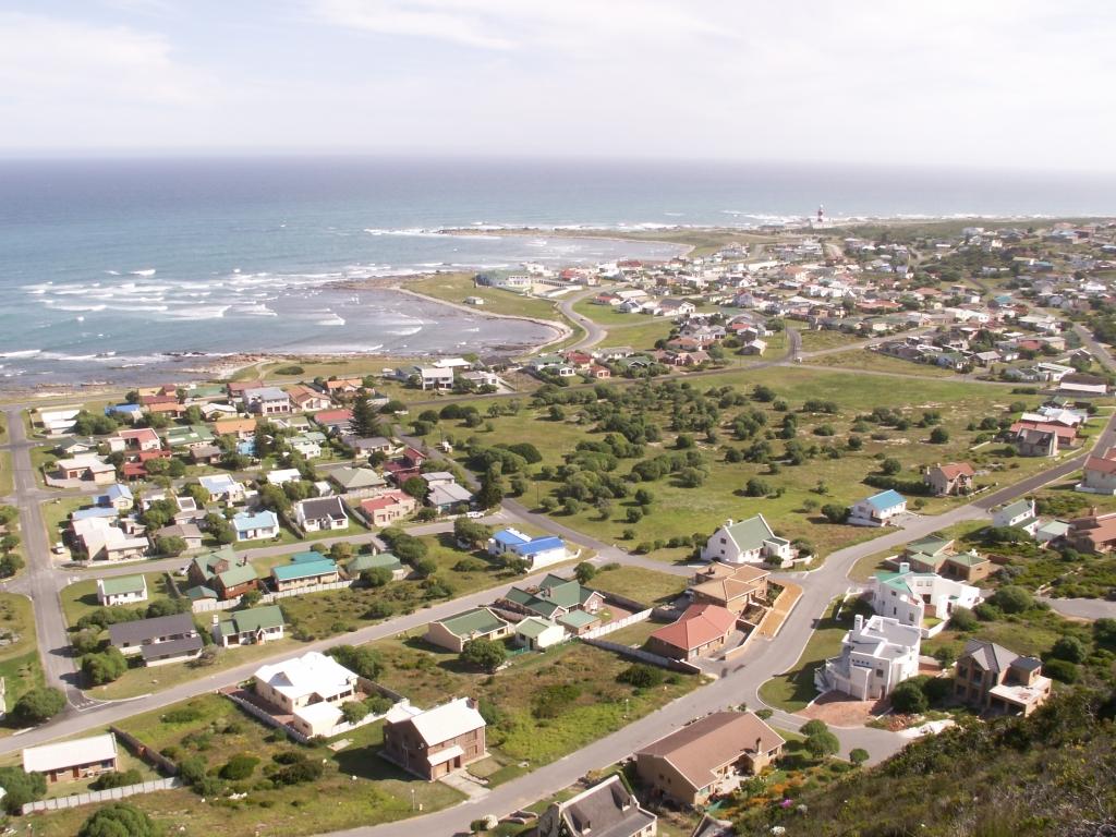 Uitzicht vanaf L'Agulhas op Cape Agulhas, met in de verte de vuurtoren