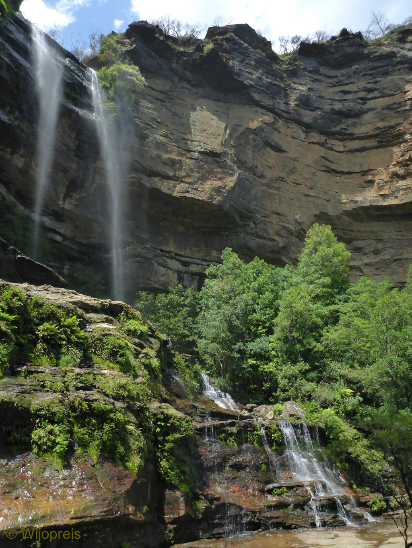 Een korte, steile afdaling leidt naar de voet van Katoomba Falls