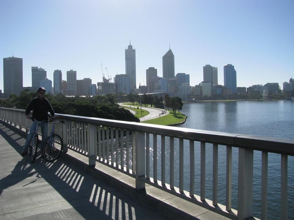 Fietsen in Perth over goed aangelegde fietspaden, valhelm verplicht.
