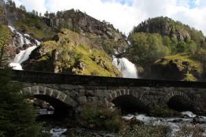 Låtefossen is een dubbele waterval die direct aan de weg ligt en mede daarom druk wordt bezocht.