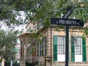 Lommerrijke straten aan dito parken met kapitale villa's in Savannah.