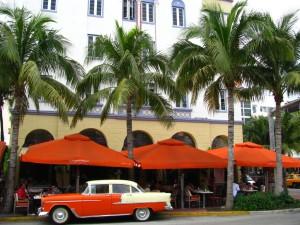 Palmbomen en pasteltinten op Ocean Drive, Miami Beach.