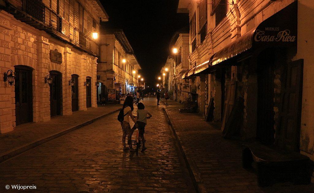 De romantisch verlichte Calle Crisologo