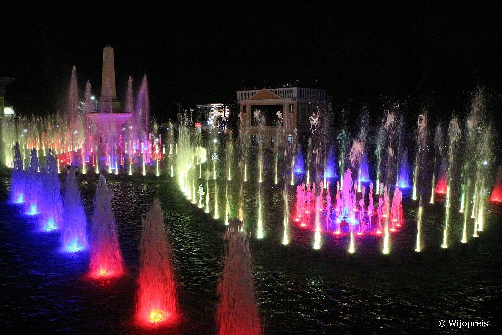 ...maar 's avonds ontwaakt de dansende fontein