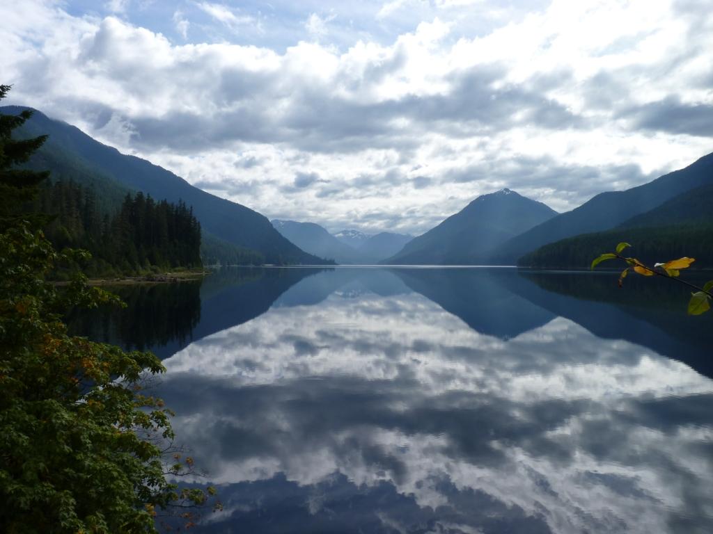 Meren als spiegels in Strathcona Provincial Park.
