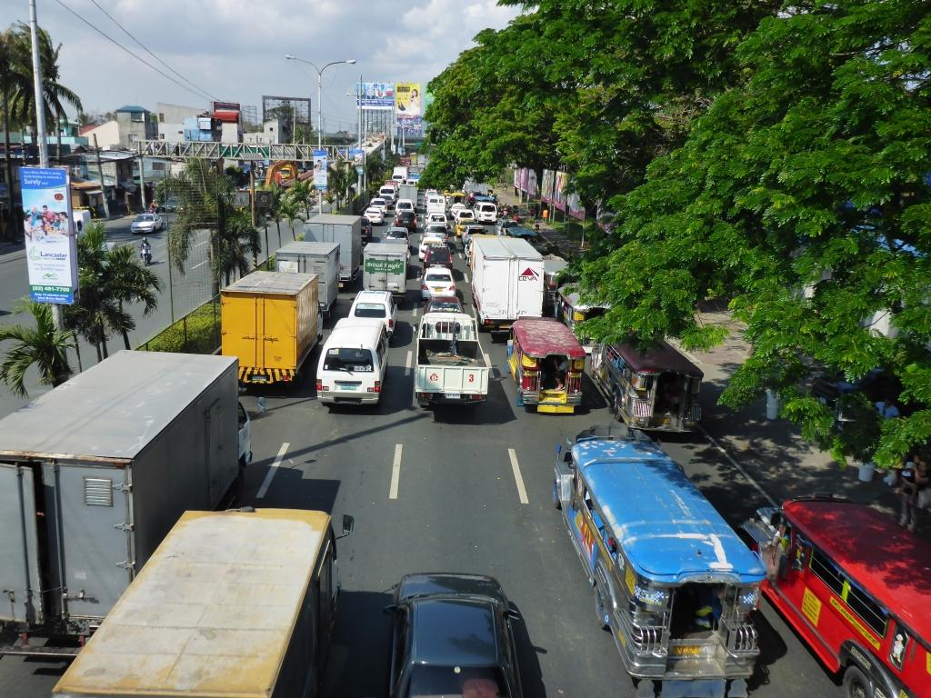 Het verkeer in Manilla op een rustig moment, waarbij zelfs het asfalt even te zien is.