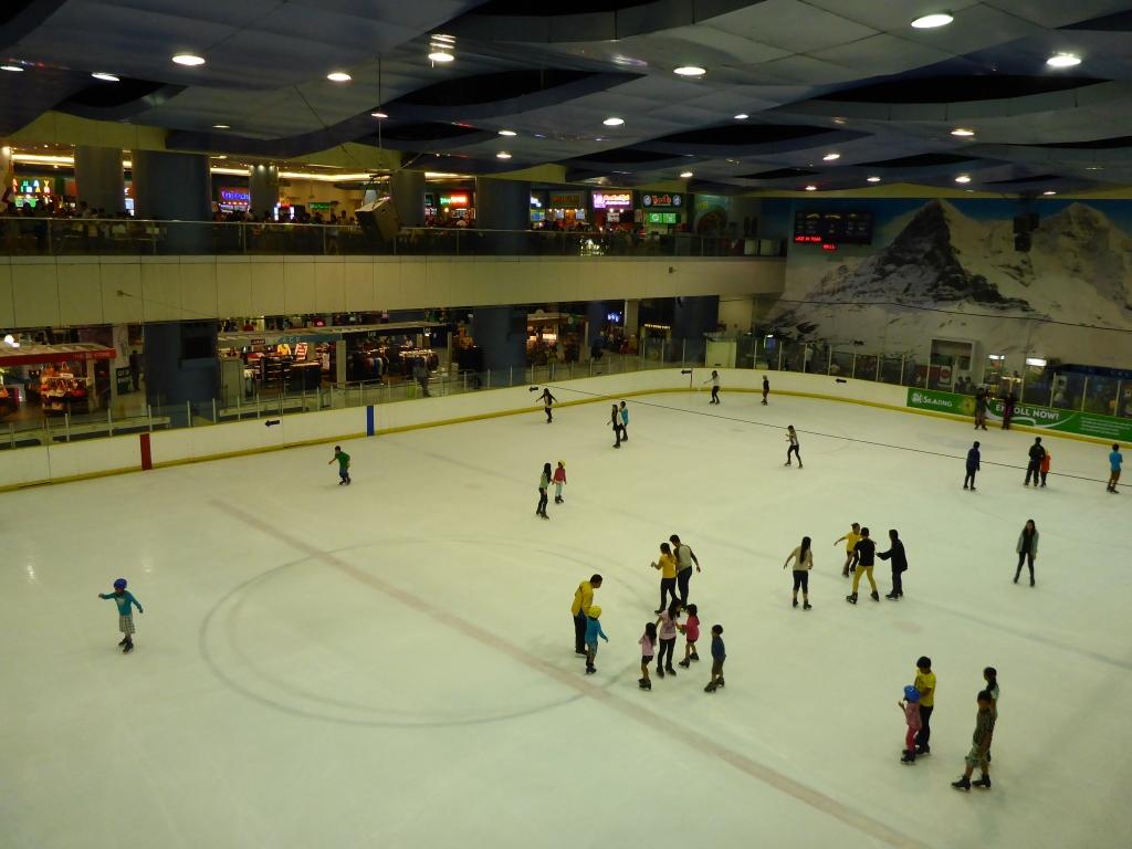 Filipijnen - Op het enorme winkelcentrum 'Mall of Asia' mag een ijsbaan natuurlijk niet ontbreken