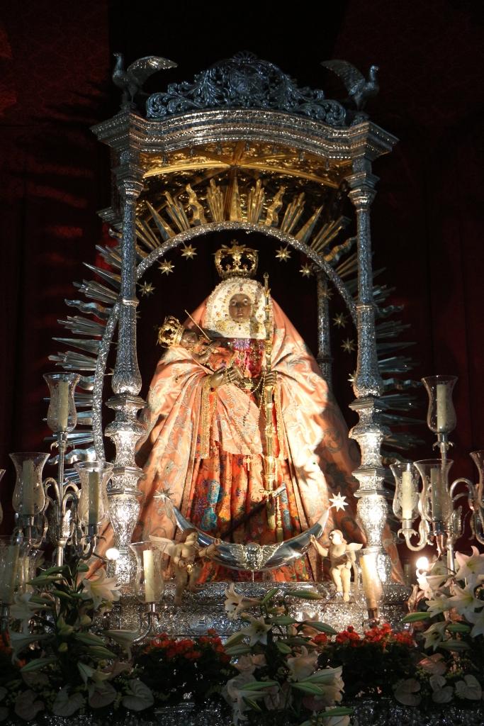 In de basiliek staat het beeld van de patroonheilige van de eilanden, de Virgen de Candelaria