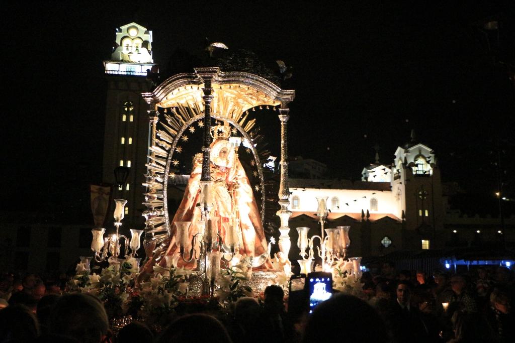 Procesión de Las Candelas, duizenden gelovigen dragen al biddend de Virgen de Candelaria door de straten van Candelaria.