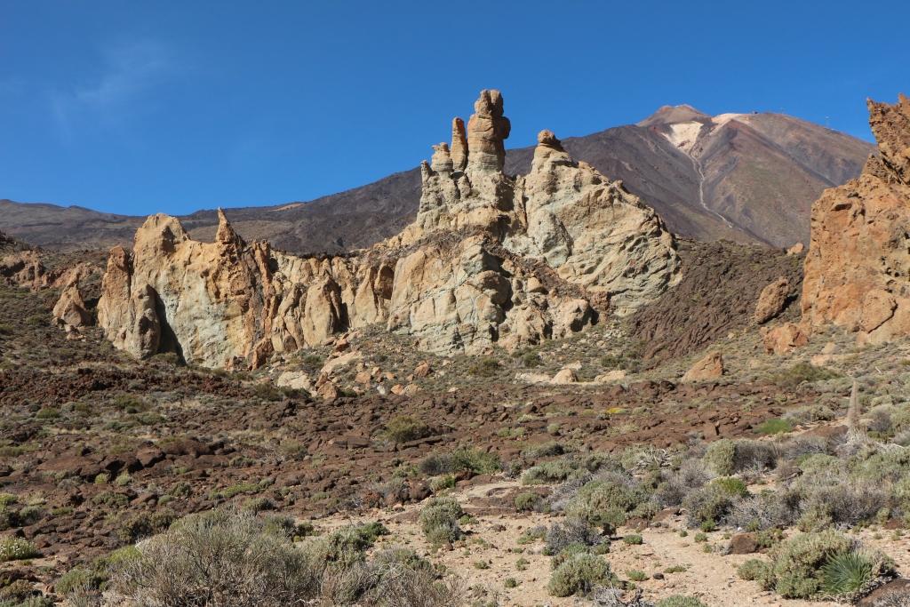 We lopen op de Roques Blancas af met rechts duidelijk een gestolde lavastroom