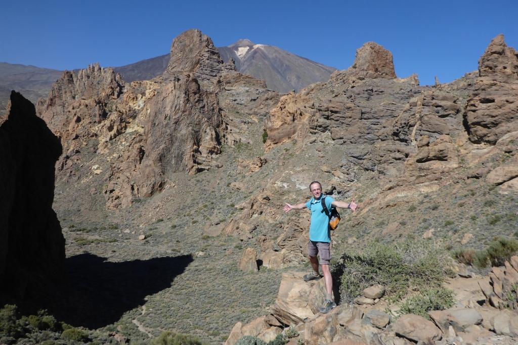 De diepte aan de voet van de Catedral, waarachter de top van El Teide zichtbaar is
