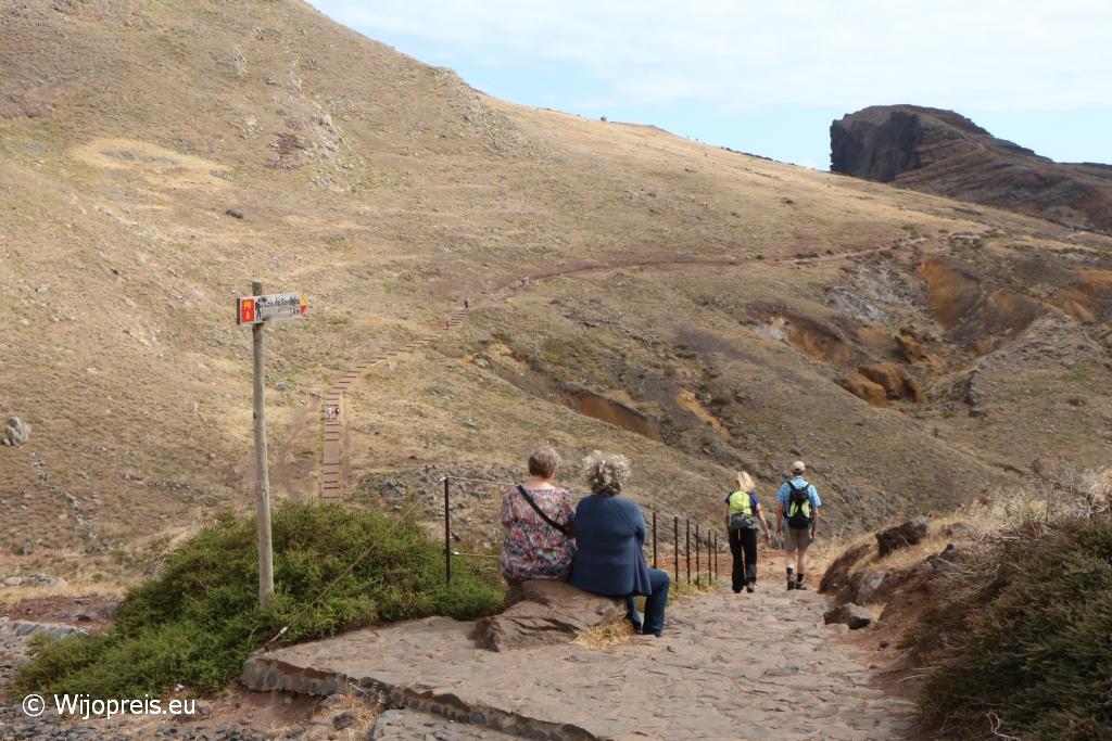 We dalen meteen flink naar beneden via een goed geplaveid pad en stenen traptreden