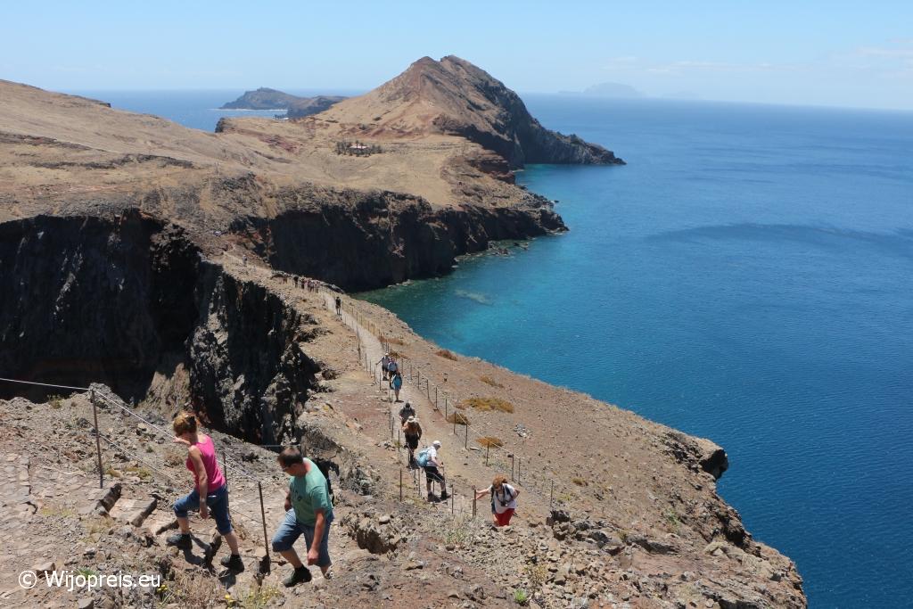 De Estreito, het smalste stuk land met aan weerszijden de loodrechte kliffen aan zee