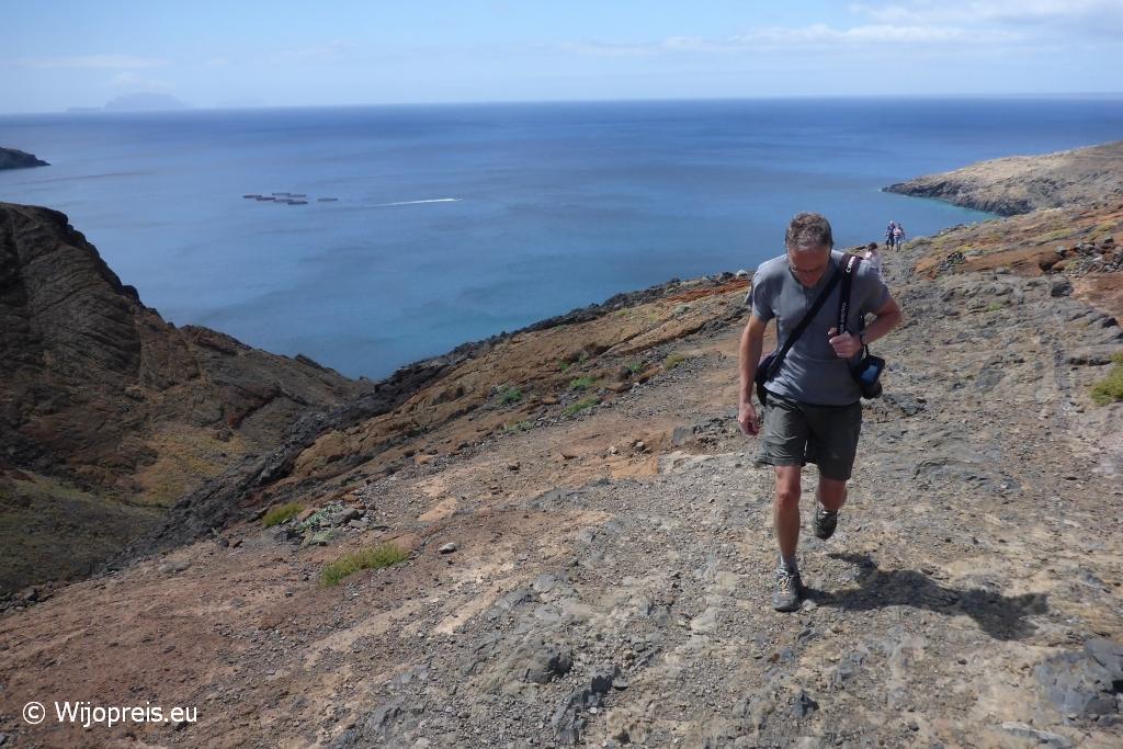 We lopen over de natuurlijke contouren van de heuvel, waardoor een duidelijk pad soms ontbreekt