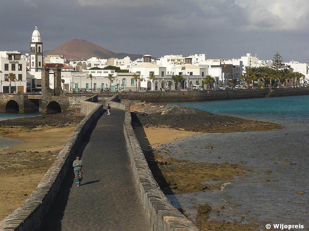 De voetgangers Puente de Las Bolas ('Ballenbrug') naar Castillo de San Gabriel