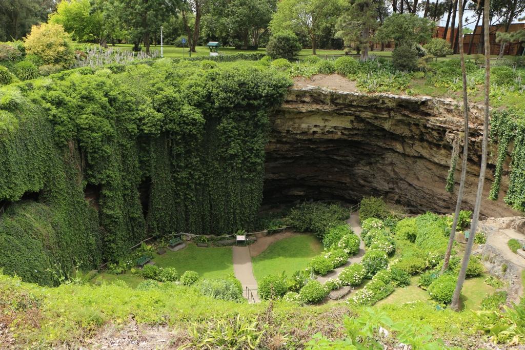 Umpherston Sinkhole is een ingestorte kalksteengrot waarin een tuin is aangelegd.
