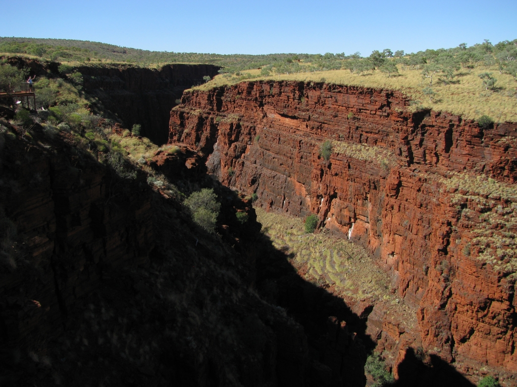 In Karijini NP zien prachtige, diepe gorges en we dalen bij twee daarvan zelfs af tot de bodem.