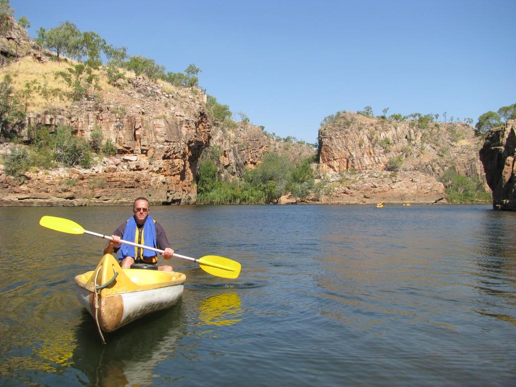 Kanoën op de Katherine River langs de rotswanden van de Katherine Gorge.